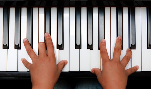 kids fingers on piano